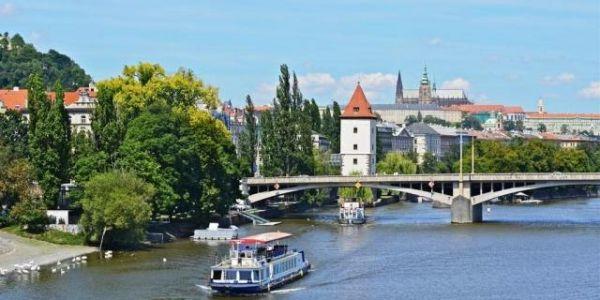 Plavba lodí po Vltavě pro dva