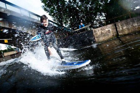 Surfování na řece nebo indoor surfing